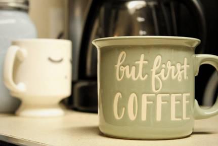 Също така халбите за кафе не се затоплят твърде бързо след като налеем напитката, тъй като дебелите им страни осигуряват изолация.